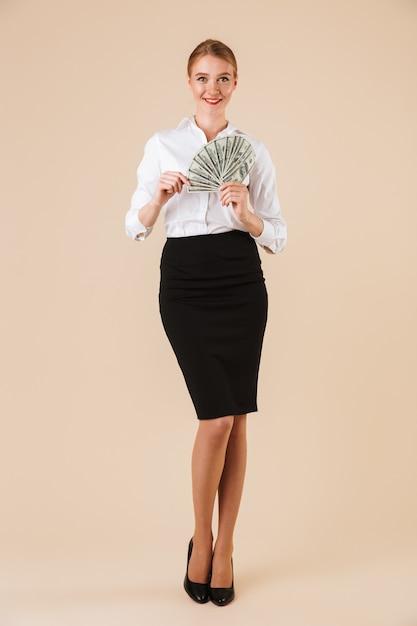 Glückliche geschäftsfrau in voller länge Premium Fotos