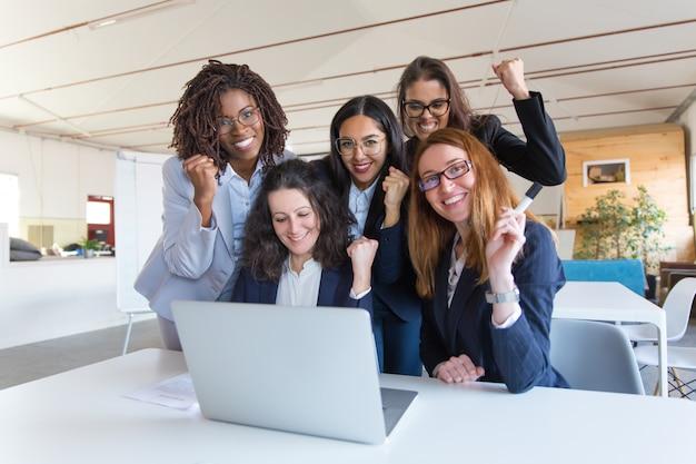 Glückliche geschäftsfrauen, die erfolg feiern Kostenlose Fotos