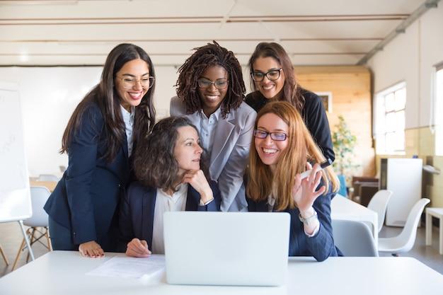 Glückliche geschäftsfrauen, die mit laptop arbeiten Kostenlose Fotos