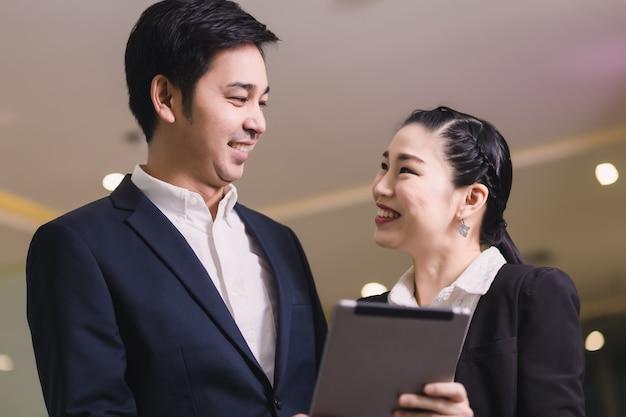 Glückliche geschäftspaare mit tablette Premium Fotos