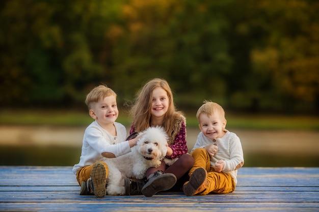 Glückliche große familie auf herbstspaziergang Premium Fotos