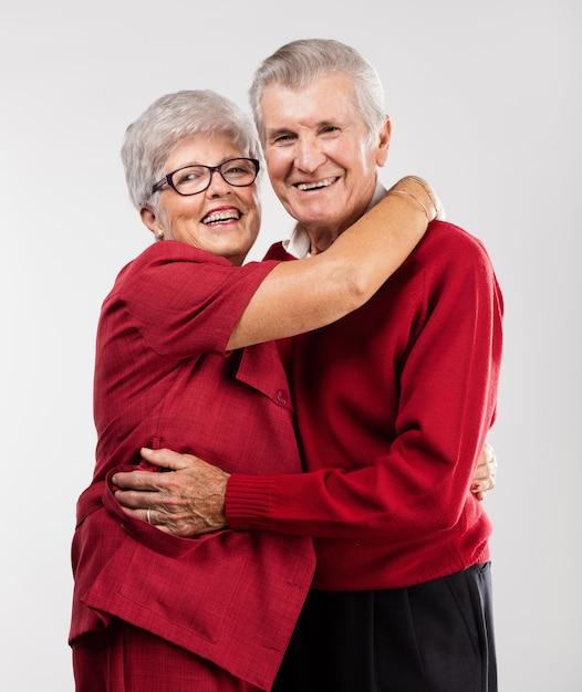 Glückliche großeltern geben eine umarmung Kostenlose Fotos