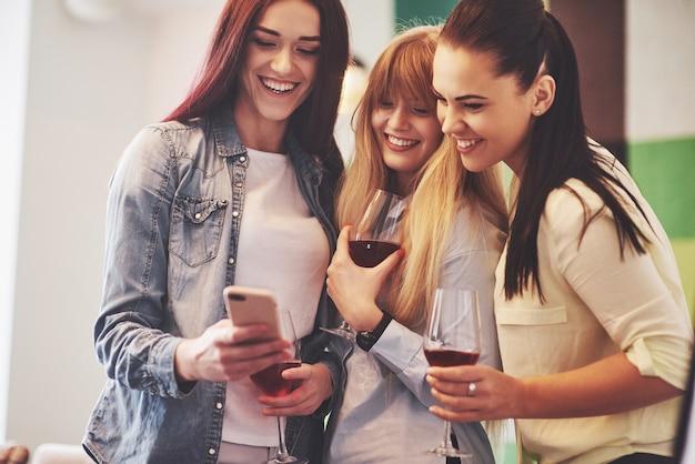 Glückliche gruppe von freunden mit rotwein Premium Fotos