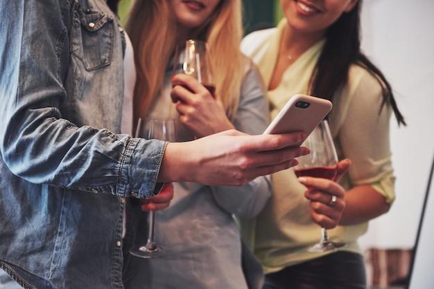 Glückliche gruppe von freundinnen mit rotwein Premium Fotos