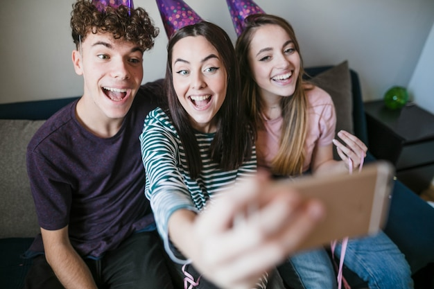 Glückliche jugendliche, die ein selfie nehmen Kostenlose Fotos