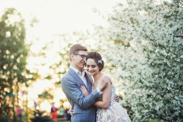 Glückliche junge braut und bräutigam Premium Fotos