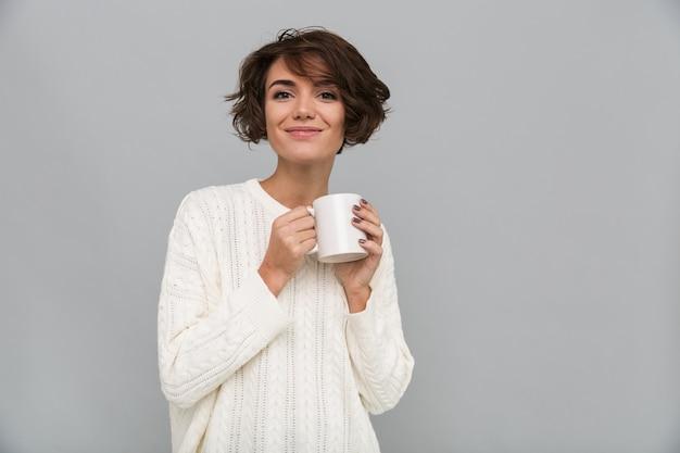 Glückliche junge dame, die tee trinkt. Kostenlose Fotos