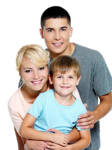 Glückliche junge familie mit sohn von 6 jahren Kostenlose Fotos