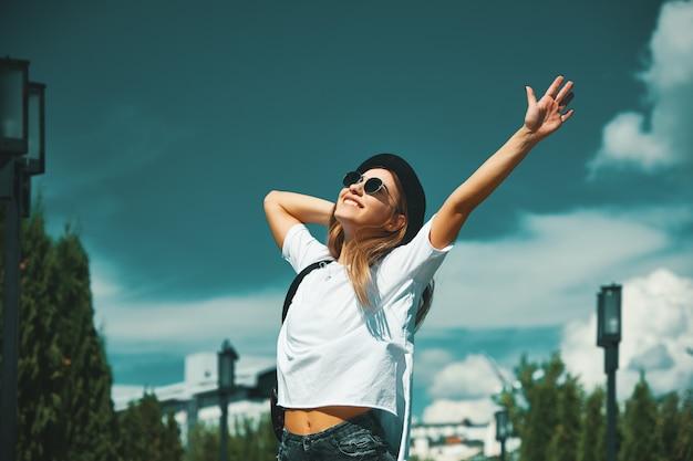 Glückliche junge frau, die urlaub genießt Kostenlose Fotos