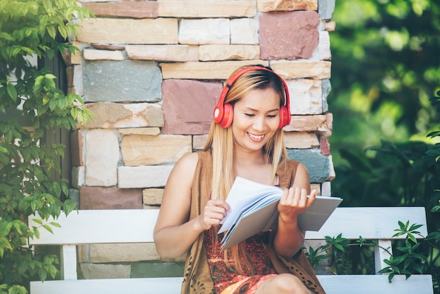 Glückliche junge frau entspannen sich mit hören lieblingsmusik im café Kostenlose Fotos