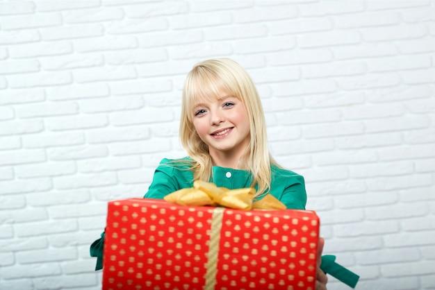 Glückliche junge frau mit einem geschenk Premium Fotos