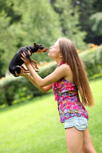 Glückliche junge frau mit ihrem hund | Kostenlose Foto