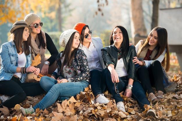 Glückliche junge freunde an der natur Premium Fotos
