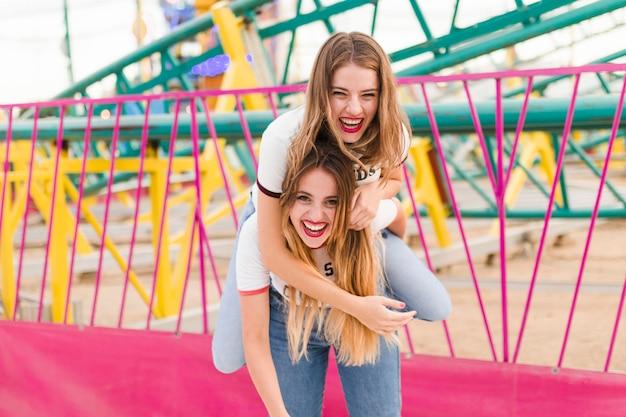 Glückliche junge freunde im vergnügungspark Kostenlose Fotos