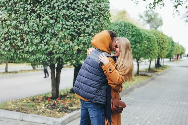 Glückliche junge paare in den liebesjugendlichfreunden kleideten in der zufälligen art auf der herbststadtstraße an Premium Fotos