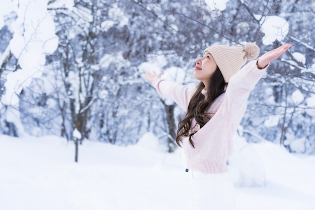 Glückliche junge reise des porträt-jungen schönen asiatischen frauenlächelns und genießen mit schneewintersaison Kostenlose Fotos