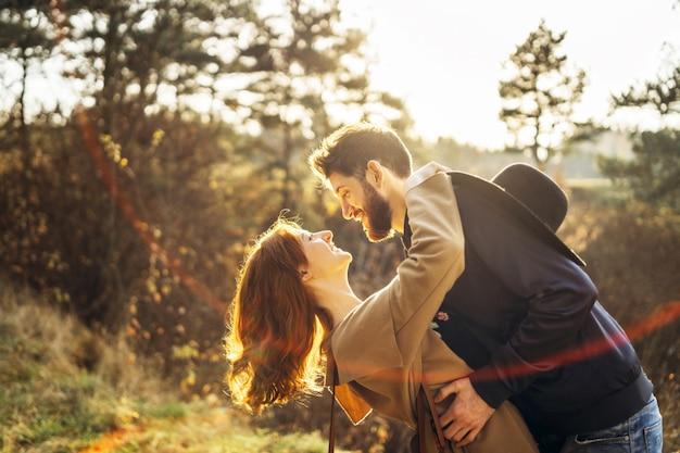 Glückliche junge romantische paare verbringen zeit zusammen im freien. Premium Fotos