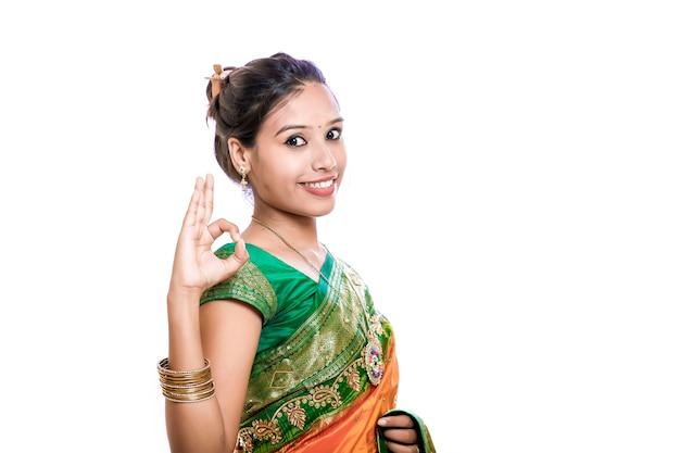 Glückliche junge schöne traditionelle indische frau im traditionellen saree Premium Fotos