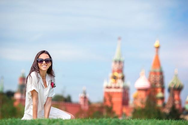 Glückliche junge städtische frau in der europäischen stadt. Premium Fotos