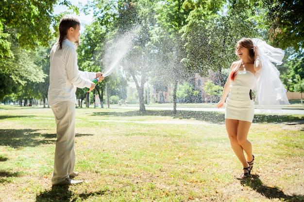 Glückliche jungvermählten, die hochzeit im park feiern Premium Fotos