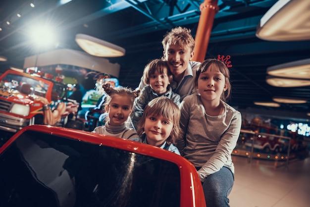 Glückliche kinder, die toy car in der mitte fahren Premium Fotos