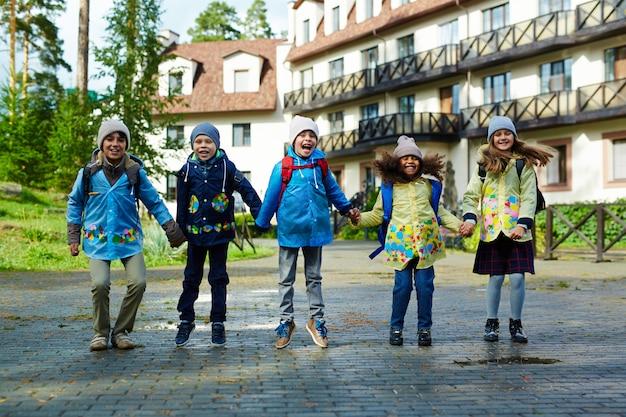 Glückliche kinder, die zur schule gehen Kostenlose Fotos