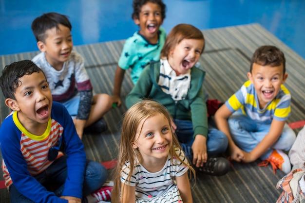 Glückliche kinder in der grundschule Kostenlose Fotos