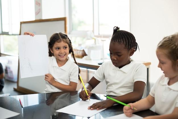 Glückliche kinder in der grundschule Premium Fotos