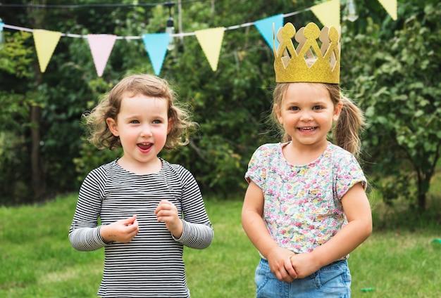 Glückliche kinder in einer party Kostenlose Fotos