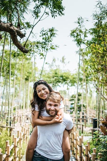 Glückliche lächelnde paarvielfalt im liebesmoment zusammen Kostenlose Fotos