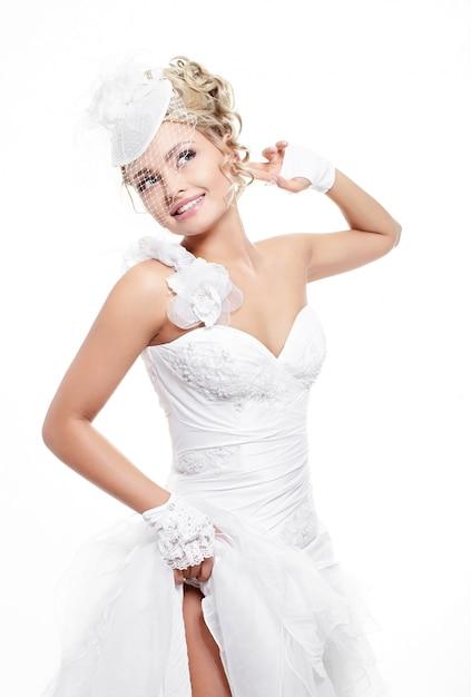 Glückliche lächelnde schöne braut im weißen hochzeitskleid ...