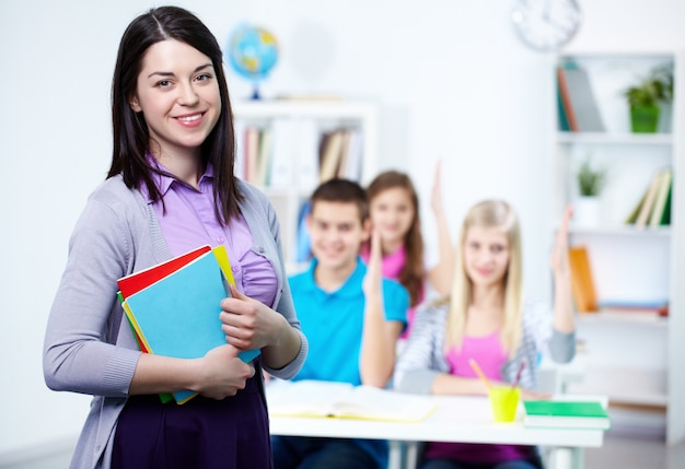 Glückliche lehrer mit den schülern hintergrund Kostenlose Fotos