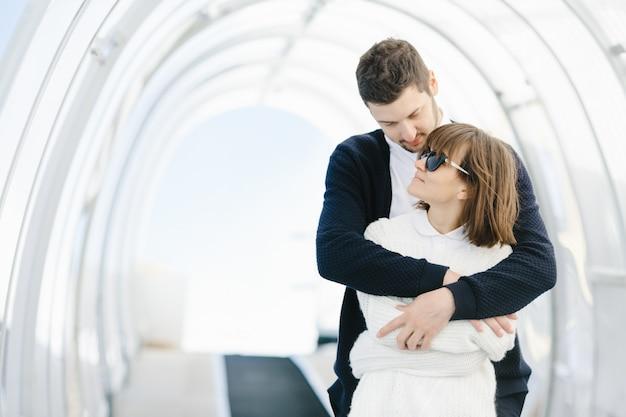 Glückliche liebhaber umarmen und schauen sich an Kostenlose Fotos