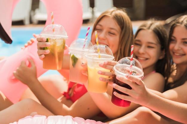 Glückliche mädchen der nahaufnahme, die miteinander einen toast geben Kostenlose Fotos
