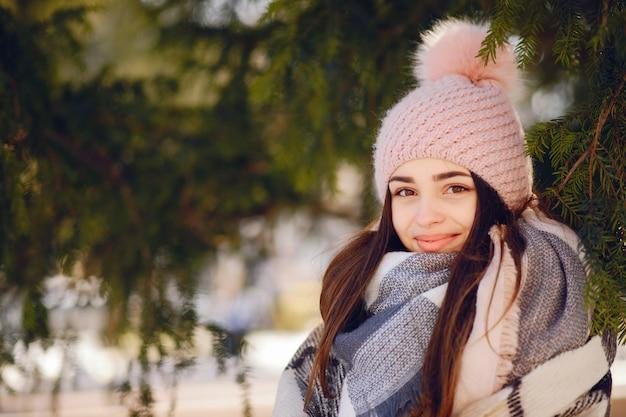 Glückliche mädchen in einer winterstadt Kostenlose Fotos