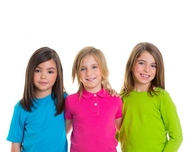 Glückliche mädchengruppe der kinder, die zusammen lächeln Premium Fotos