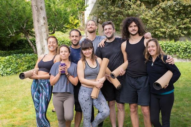 Glückliche männer und frauen vom yogaclub, der spaß hat Kostenlose Fotos