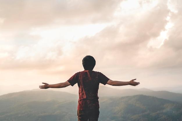 Glückliche mann-freiheit im erfolgskonzept der sonnenaufgangnatur Premium Fotos