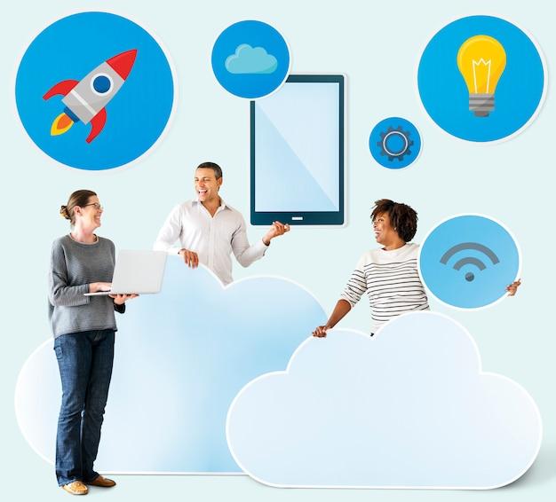 Glückliche menschen mit wolken- und technologieikonen Premium Fotos
