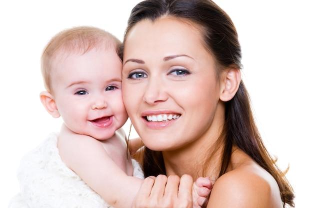 Glückliche mutter mit lächelndem baby Kostenlose Fotos