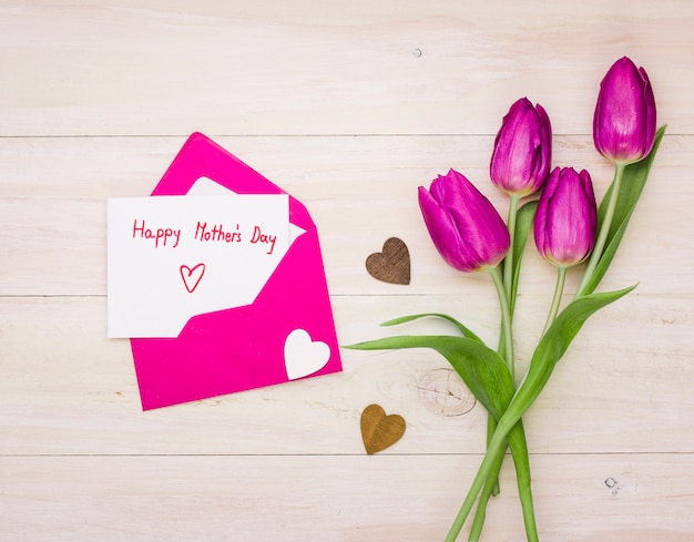 Glückliche mutter-tagesaufschrift im umschlag mit tulpen Kostenlose Fotos