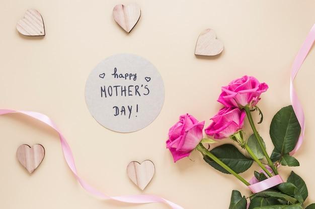 Glückliche mutter-tagesaufschrift mit rosenblumenstrauß Kostenlose Fotos