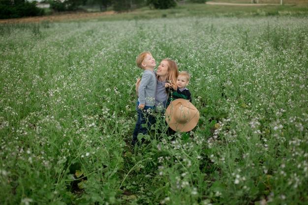 Glückliche mutter und sohn spielen im park im frühjahr. Premium Fotos