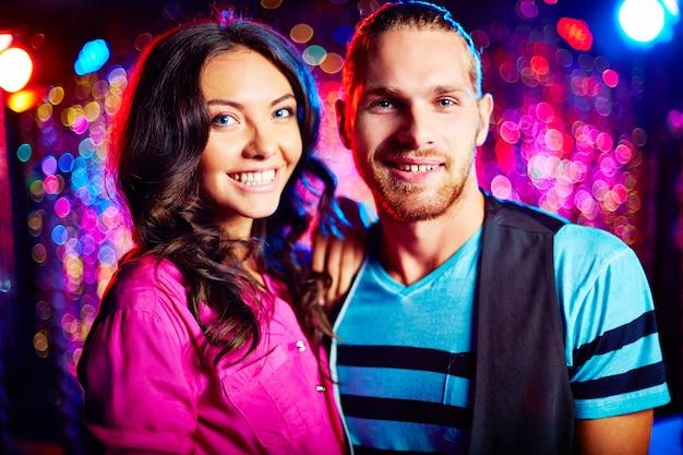 Glückliche paare tanzen in nachtclub Kostenlose Fotos