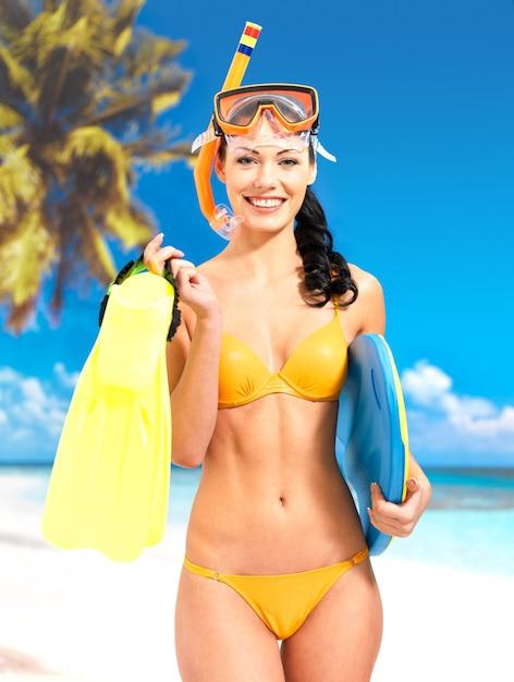 Glückliche schöne frau, die am strand genießt. Kostenlose Fotos