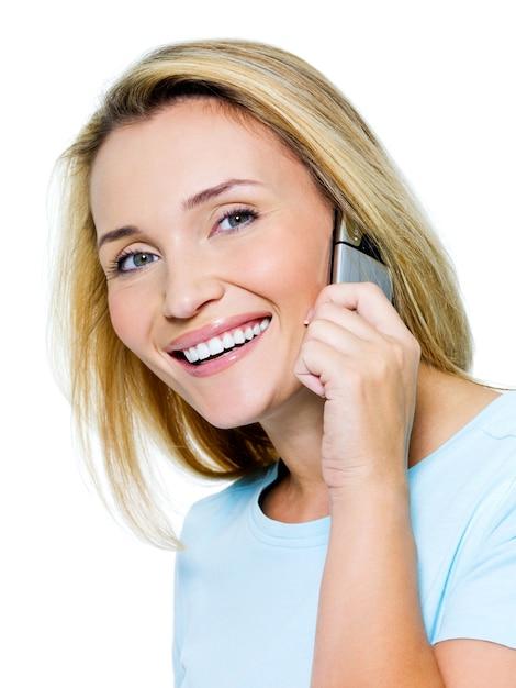 Glückliche schöne frau, die per telefon lokalisiert auf weiß anruft Kostenlose Fotos