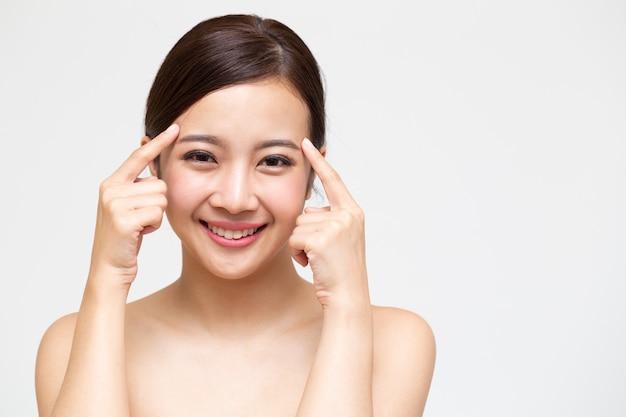 Glückliche schöne junge asiatische frau mit sauberer frischer haut Premium Fotos