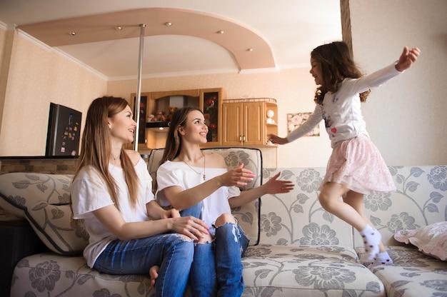 Glückliche schwestern, die spaß im wohnzimmer spielen und haben Premium Fotos