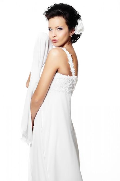 Glückliche sexy schöne braut brunettefrau im weißen hochzeitskleid mit frisur und hellem make-up Kostenlose Fotos