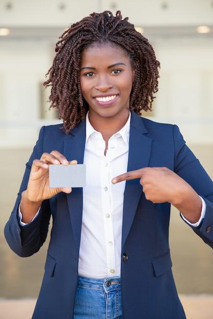 Glückliche überzeugte geschäftsfrau, die ausweis zeigt Kostenlose Fotos